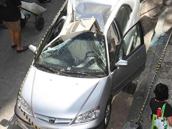 Um aparelho de ar-condicionado caiu do 12º andar de um prédio em cima de um carro, na esquina das ruas Curitiba e Tupinambás, no Centro de Belo Horizonte, na manhã deste sábado (11). O veículo ficou destruído. De acordo com a Polícia Militar, o aparelho pesa aproximadamente 100 quilos. No momento da queda, o motorista não estava dentro do carro e ninguém ficou ferido. (Foto: Eugênio Moraes/Hoje em Dia/AE)